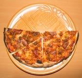 Большая пицца на конце-вверх плиты Справочная информация Стоковое Фото