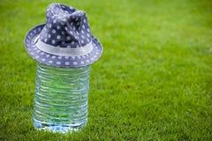 Большая пластичная шляпа свежей воды бутылки Стоковая Фотография RF