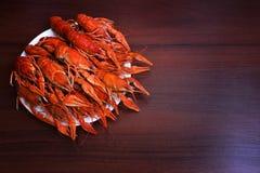 Большая плита вкусного кипеть крупного плана раков на деревянном столе, обедающем морепродуктов, никто стоковое фото rf