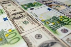 Большая поверхность предусматриванная с примечаниями наличных денег США и европейца стоковая фотография