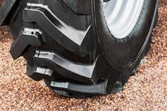 Большая покрышка трактора или бульдозера Стоковое Изображение