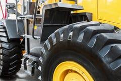 Большая покрышка трактора или бульдозера Стоковое Фото
