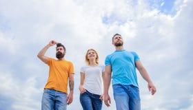 Большая пригонка на выходной Молодые люди в непринужденном стиле на облачном небе Группа людей в случайной носке m стоковые изображения rf
