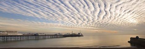 Большая пристань Brighton Англии панорамы на заходе солнца Стоковая Фотография