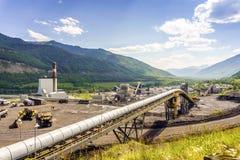 Большая промышленная инфраструктура среди гор в Канаде Стоковые Изображения RF