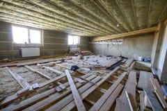 Большая просторная светлая пустая комната чердака под конструкцией и реновацией Пол мансарды и изоляция потолка с шерстями утеса  стоковое изображение rf