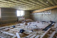 Большая просторная светлая пустая комната чердака под конструкцией и renov Стоковые Изображения