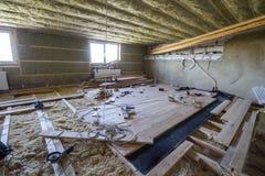 Большая просторная светлая пустая комната чердака под конструкцией и renov Стоковое Изображение RF