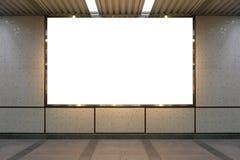 Большая пустая афиша на стене улицы, знамена с комнатой добавить стоковые изображения