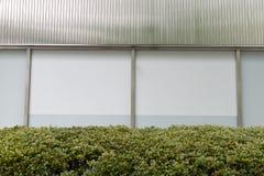 Большая пустая афиша на стене улицы, знамена с комнатой добавить стоковые фото