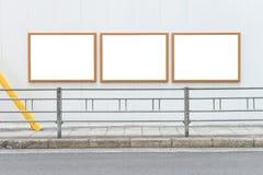 Большая пустая афиша на стене улицы, знамена с комнатой добавить стоковая фотография