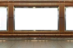 Большая пустая афиша на стене улицы, знамена с комнатой добавить стоковое фото