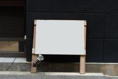 Большая пустая афиша на стене улицы, знамена с комнатой добавить стоковая фотография rf