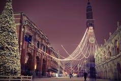 Большая рождественская елка с снегом в Виченца в Италии с винтажное ef Стоковые Фото