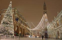 Большая рождественская елка с снегом в Виченца в Италии Стоковая Фотография