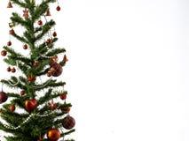 Большая рождественская елка украшенная со звездами и красивые красные шарики празднуют фестиваль стоковое изображение rf