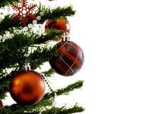 Большая рождественская елка украшенная со звездами и красивые красные шарики празднуют фестиваль стоковая фотография