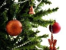 Большая рождественская елка украшенная со звездами и красивые красные шарики празднуют фестиваль стоковые изображения rf