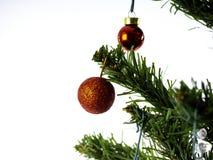 Большая рождественская елка украшенная со звездами и красивые красные шарики празднуют фестиваль стоковое фото rf