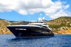 Большая роскошная яхта мотора против фона гор стоковые фотографии rf