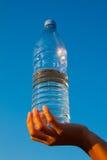 большая рука бутылки держа людскую воду стоковая фотография rf