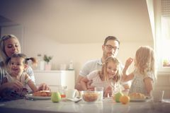 Большая семья имея завтрак совместно стоковые изображения rf