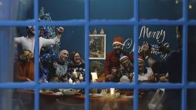 Большая семья принимая фото совместно на рождество стоковое изображение rf