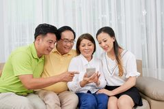Большая семья со смартфоном стоковые фото