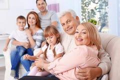 большая семья счастливая стоковое изображение