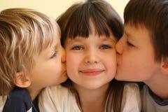 большая сестра поцелуев Стоковое фото RF