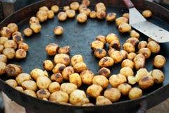 Большая сковорода с молодой картошкой Стоковое Изображение