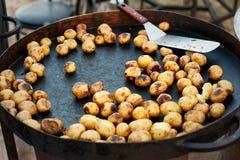 Большая сковорода с молодой картошкой Стоковые Фотографии RF