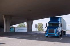 Большая снаряжения сини тележка semi идя под мост Стоковые Фото