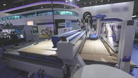Большая современная машина woodworking, отрезки машины CNC workpiece Машина cnc потока операций акции видеоматериалы