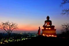 Большая статуя Будды была построена на высокой сделанной вершине холма красочным небом/большим Буддой с верой людей стоковая фотография
