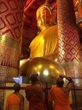 Большая статуя Будды на виске Wat Phanan Choeng стоковая фотография