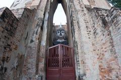 Большая статуя Будды приятеля Wat Sri в месте Sukhoth всемирного наследия Стоковая Фотография