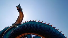 Большая статуя Naga или змея в небе стоковое фото