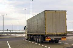 Большая тележка груза припаркованная на месте для стоянки Стоковые Изображения