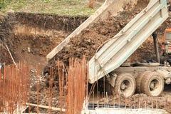 Большая тележка разгржает глину и землю стоковое фото rf