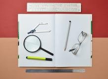 Большая тетрадь для примечаний и чертить с канцелярскими принадлежностями возражает для студента стоковое изображение rf
