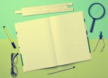 Большая тетрадь для примечаний и чертить с объектами канцелярских принадлежностей стоковая фотография rf