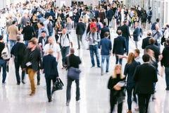 Большая толпа бизнесменов Blurred стоковые фотографии rf