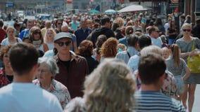 Большая толпа всех времен идя через город - весьма замедленное движение - АМСТЕРДАМ/ГОЛЛАНДИЯ - 21-ое июля 2017 сток-видео