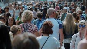 Большая толпа всех времен идя через город - весьма замедленное движение - АМСТЕРДАМ/ГОЛЛАНДИЯ - 21-ое июля 2017 акции видеоматериалы