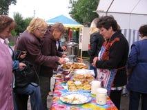Большая толпа женщин людей купить еду на ярмарке от уличных торговцев стоковое изображение