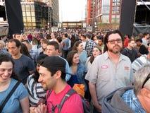 Большая толпа на свободном концерте музыки на причале Стоковая Фотография