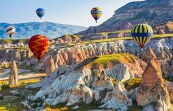 Большая туристическая достопримечательность Cappadocia - раздуйте полет крышка стоковое фото rf