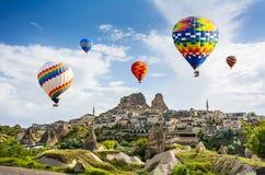 Большая туристическая достопримечательность Cappadocia - раздуйте полет крышка стоковое фото