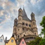 Большая церковь St Martin и красочные дома Кёльна Германия Стоковое Фото